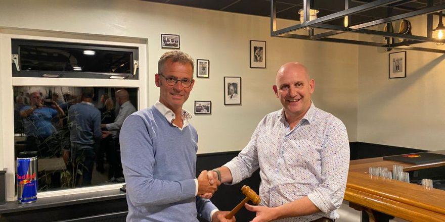 Arnoud de Vries draagt het voorzitterschap over aan Germ Holtrop
